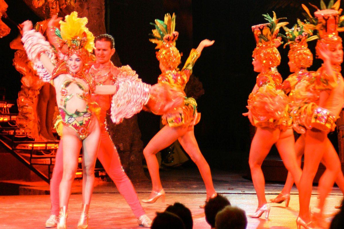 Eine Tanzshow zu Live-Musik im La Tropicana in der kubanischen Hauptstadt Havanna, dem größten Nachtclub der Welt, Kuba - © gary yim / Shutterstock