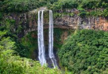Der Chamarel-Wasserfall entsteht aus dem Fluss Rivière de Cap und stürzt über eine knapp 100m hohe Steilklippe in die Tiefe, Mauritius - © Christian Helbling / Fotolia