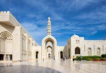 Die Sultan Qaboos Grand Mosque in Muscat, Oman, darf als eine der wenigen Moscheen weltweit auch von Nicht-Muslimen betreten werden - © FRASHO / franks-travelbox