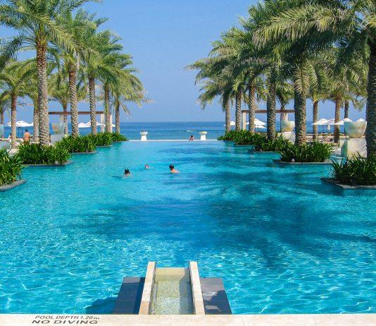 Vom Pool des Al Bustan hat man eine faszinierende Aussicht auf das Meer, Oman - © FRASHO / franks-travelbox