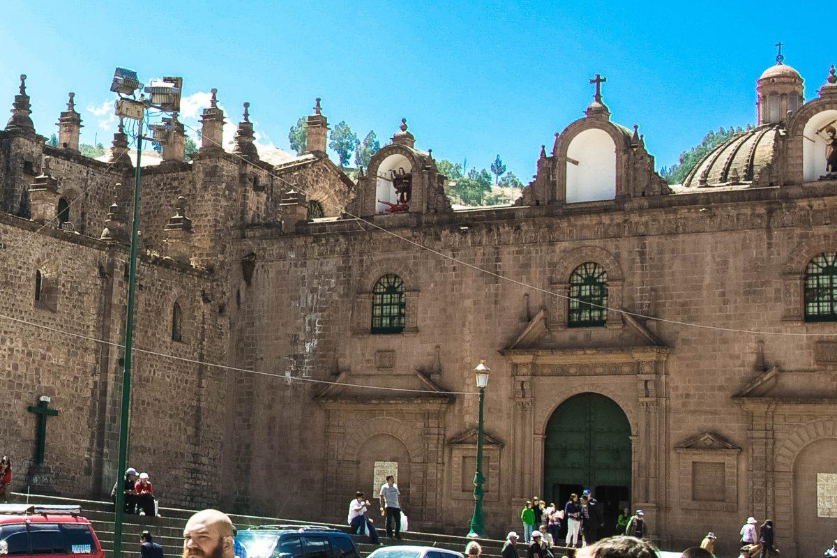 """Die """"Kapelle des Triumphs"""" an der rechten Seite der Kathedrale von Cusco, Peru, erinnert an die erfolgreiche Abwehr des Inka-Aufstandes im Jahr 1536 - © flog / franks-travelbox"""