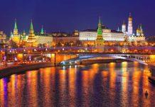 Der Moskauer Kreml bei Nacht, Russland - © Ivan Pavlov / Shutterstock