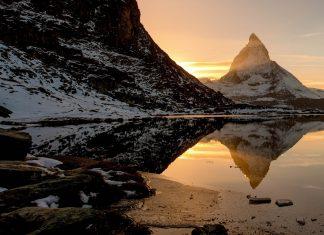 Das Matterhorn am Riffelsee bei Sonnenuntergang, Schweiz - © Peter Wey / Shutterstock