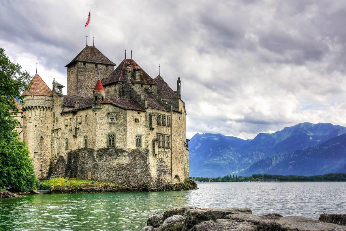 Das Schloss Chillon thront malerisch auf einer Felseninsel auf dem Genfer See und zählt zu den schönsten Wasserburgen der Schweiz - © Yü Lan / Fotolia