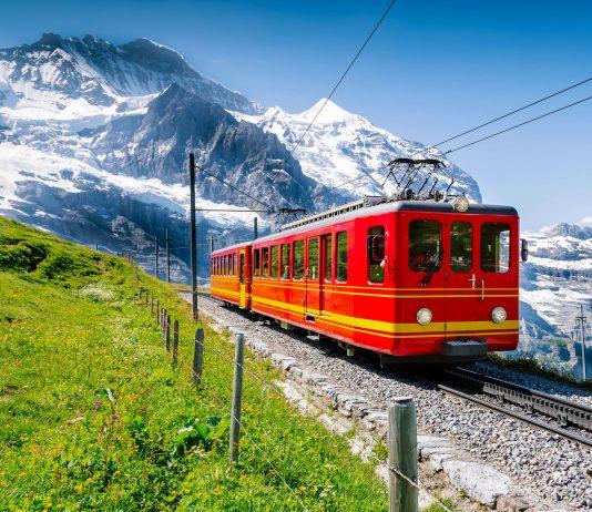 Die berühmte Jungfraubahn in der Schweiz bringt ihre Passagiere zum Jungfraujoch, dem höchstgelegenen Bahnhof Europas - © PAnaman / Shutterstock