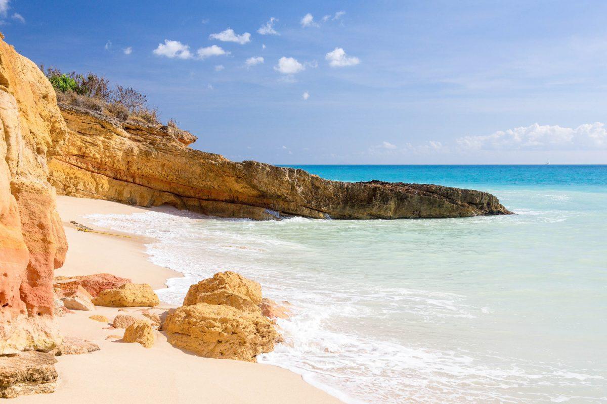 Imposante Sandsteinformationen in der Cupecoy Bay auf Sint Maarten, einem traumhaften Strand für Surfer - © Steve Heap / Shutterstock
