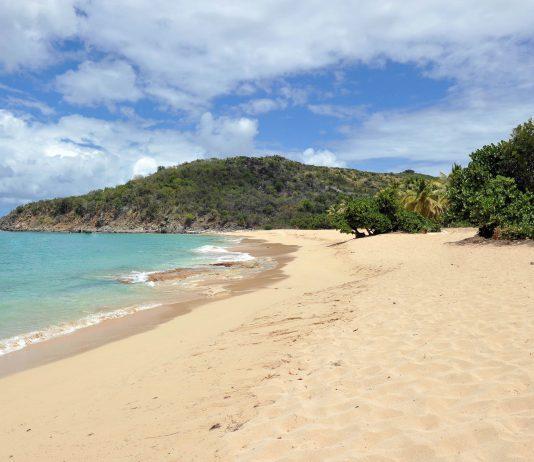 Saint Martin in der Karibik bietet zahlreiche romantische Buchten wie aus dem Bilderbuch, hier die bezeichnende Happy Bay - © Stephanie Rousseau/Shutterstock