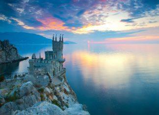 Das malerische Schloss Schwalbennest gilt als beliebtestes Postkarenmotiv der Halbinsel Krim, Ukraine - © Sergii Votit / Shutterstock