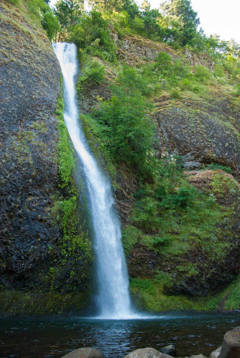 Die Multnomah Falls sind insgesamt knapp 190m hoch und in zwei Abschnitte mit 165m und 21m geteilt, Oregon, USA - © James Camel / franks-travelbox