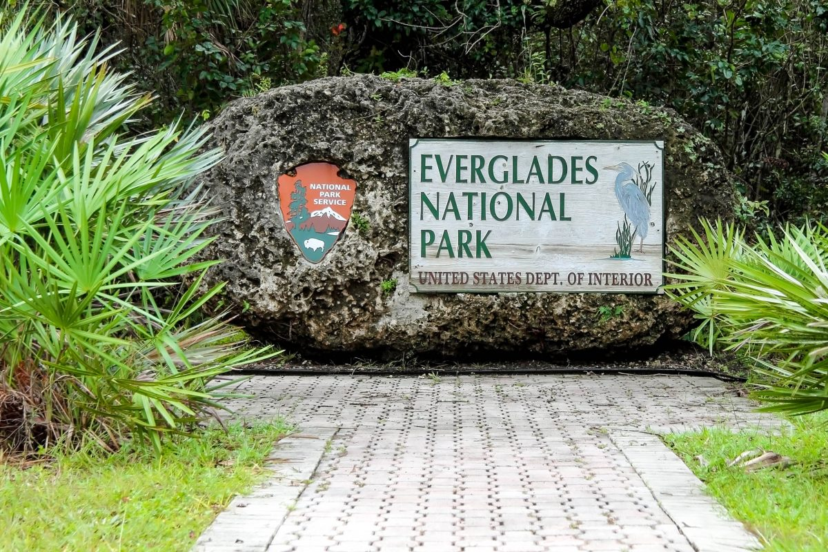 Eingangsschild zum Everglades National Park, Florida, USA - © William Silver / Shutterstock