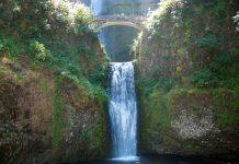 Multnomah Falls ist ein zweistufiger Wasserfall am Columbia River Gorge im amerikanischen Bundesstaat Oregon, der von Quellen aus dem Larch Mountain gespeist wird, USA - © James Camel / franks-travelbox