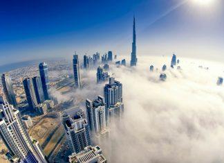 Blick auf den aus dem Nebel ragenden Burj Khalifa in Dubai, VAE - © MQ Naufal / Shutterstock