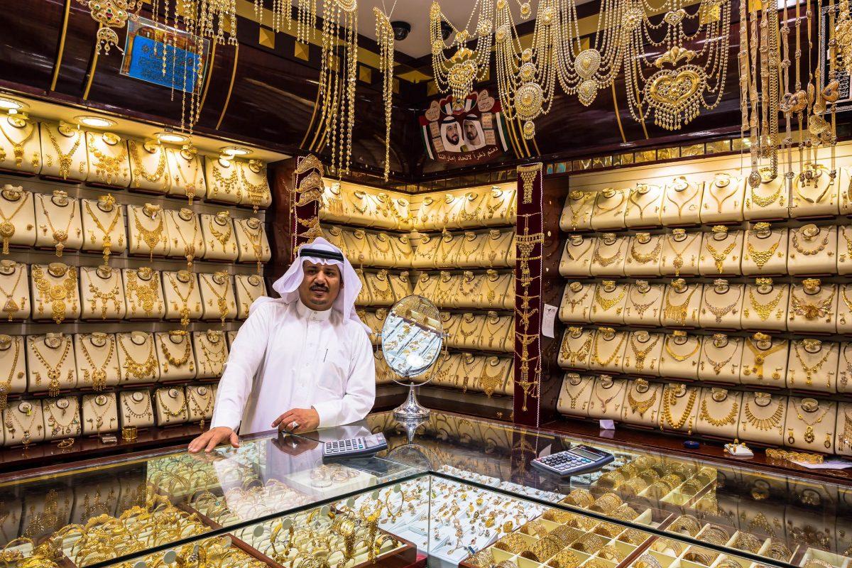 Hunderte Goldhändler und auch Touristen feilschen am Gold-Souq in Dubai, VAE, tagtäglich um die besten Deals - © Zhukov Oleg / Shutterstock