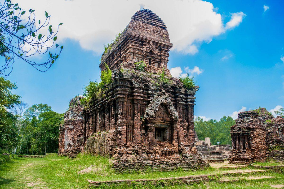 Eine von Farnen, Lianen und Moos überwucherte Ruine der Tempelstadt My Son inmitten des Dschungels, Vietnam - © kryvan / Fotolia