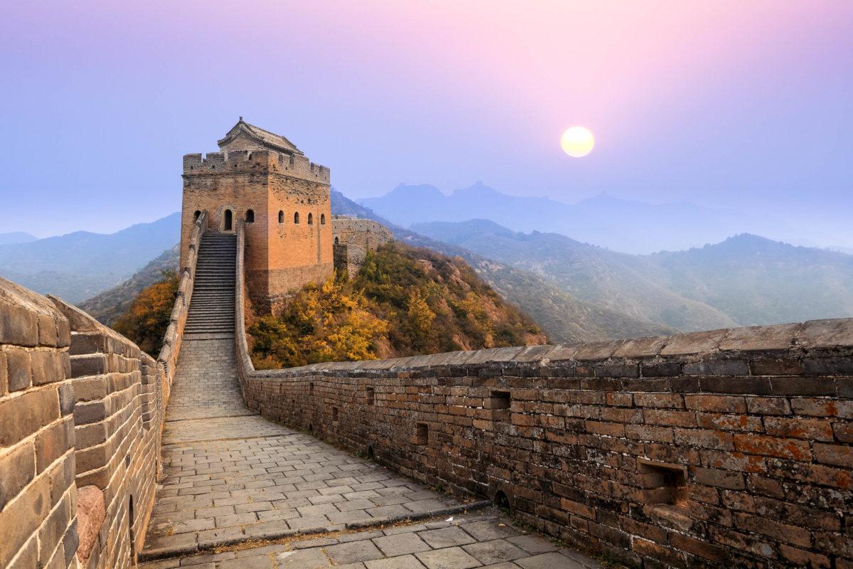 Die Chinesische Mauer bei Sonnenaufgang - © chungking / Shutterstock
