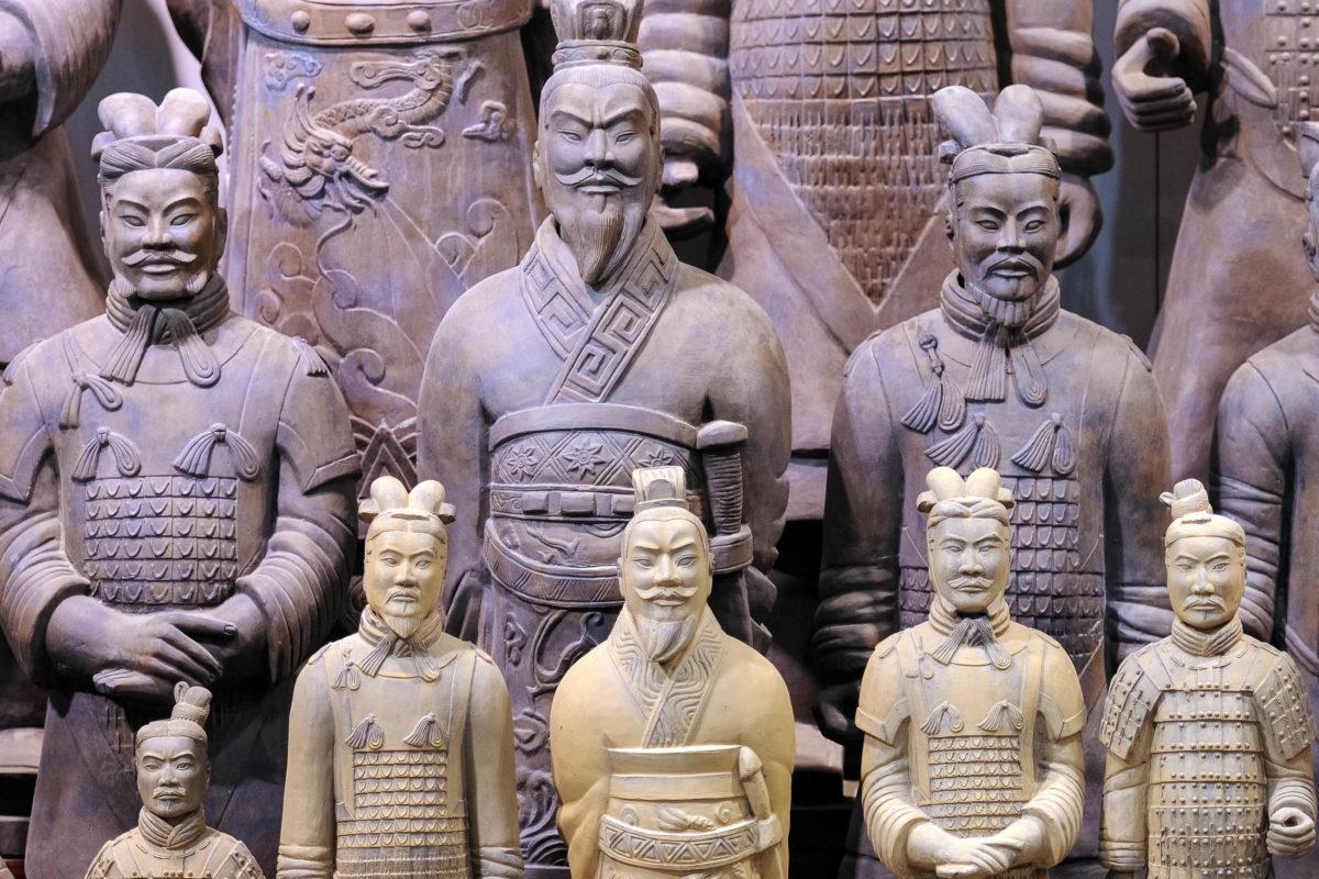 """Die Figuren sind mit bis zu 1m80 etwas größer, als der durchschnittliche """"echte"""" Chinese; ein Terrakotta-Soldat wiegt an die 300kg, China - © Hung Chung Chih / Shutterstock"""