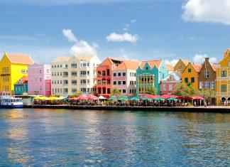 Die in bunten Farben leuchtenden direkt am Wasser errichteten Häuser in Willemstad, Curacao - © Tilo Grellmann / Fotolia