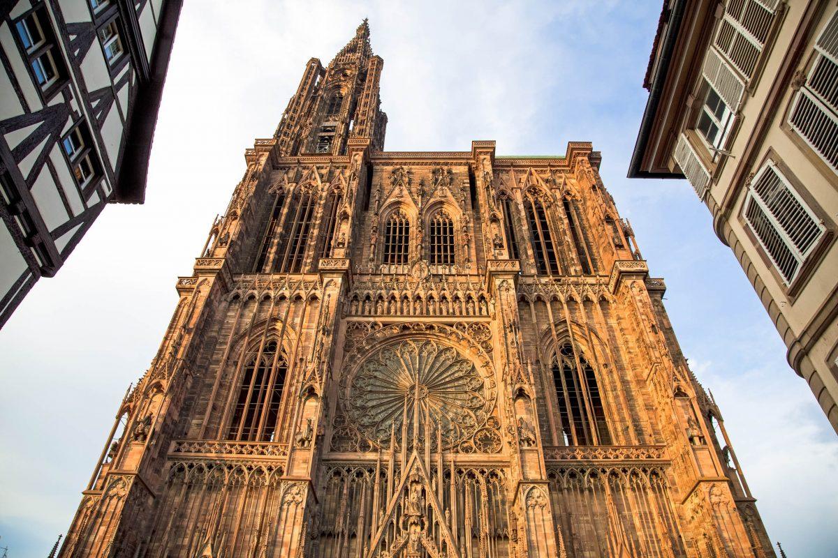 Die Kathedrale im Zentrum Straßburgs am Münsterplatz beeindruckt durch seine spektakuläre Fassade und sein kostbares Innenleben, Frankreich - © Ralf Gosch / Shutterstock