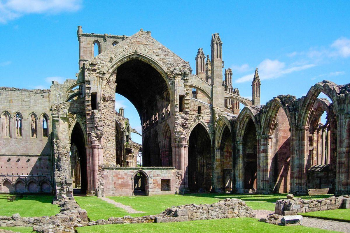 Das majestätische Melrose Abbey zählt heute wohl zu den berühmtesten Ruinen Schottlands, Großbritannien - © flog / franks-travelbox