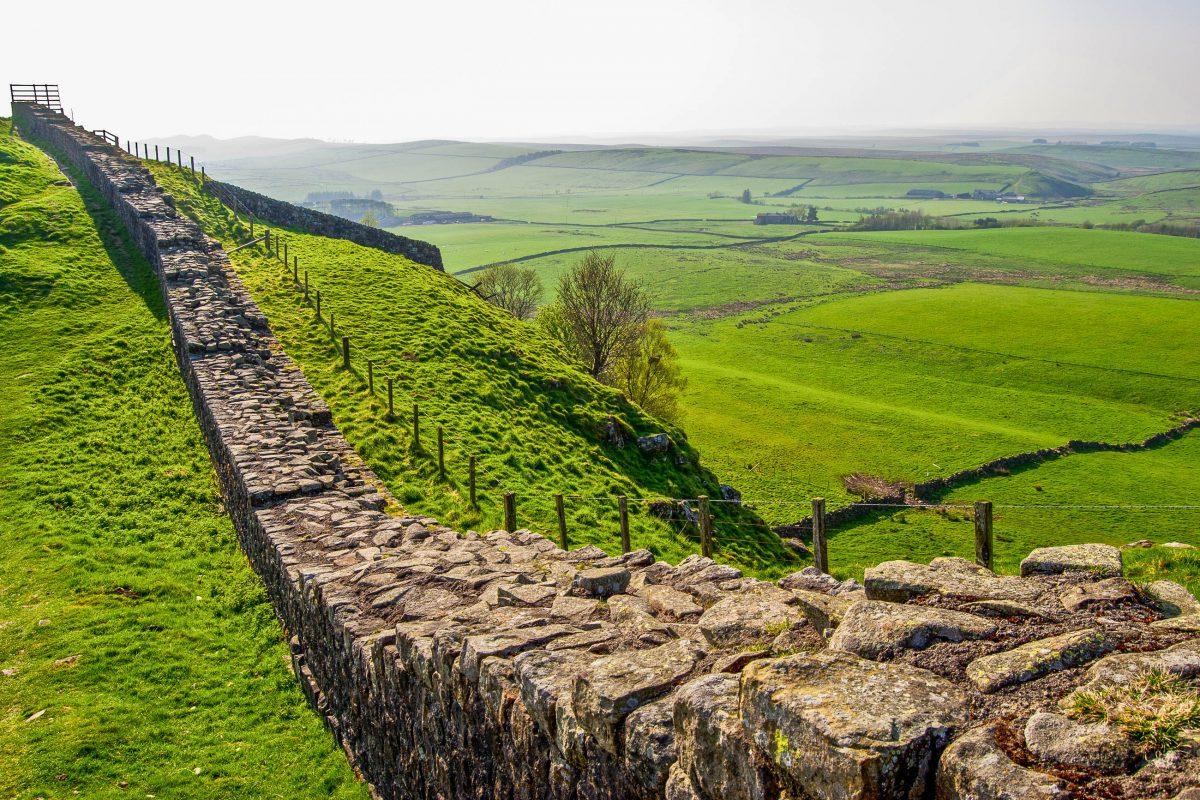 Der Hadrianswall verläuft zwischen der heutigen Grenze von Schottland und England im Norden Großbritanniens und war einst die größte Befestigungsanlage des Römischen Reiches - © Jule_Berlin / Shutterstock