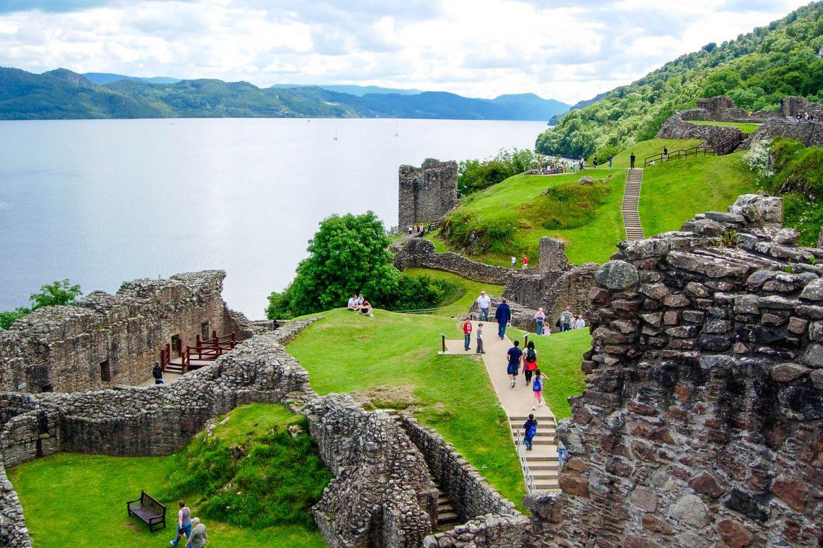 Die Ruinen von Urquhart Castle, einst eine der größten Festungen Schottlands, lassen am Ufer von Loch Ness das Mittelalter wieder auferstehen, Großbritannien - © flog / franks-travelbox