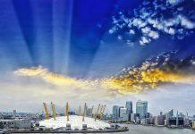 """Die gigantische Kuppel der O2-Arena war  in der Eröffnungssequenz des James Bond Films """"Die Welt ist nicht genug"""" zu sehen, London, Großbritannien - © dade72 / Shutterstock"""