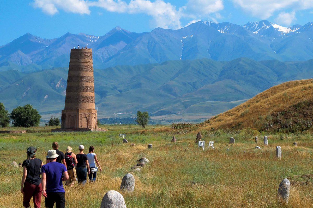 """Der Burana-Turm im Norden von Kirgistan ist das prominenteste Überbleibsel der verschwundenen Stadt Balasagun aus dem 9. Jahrhundert - © """"Travel Experts"""" Kyrgyzstan"""