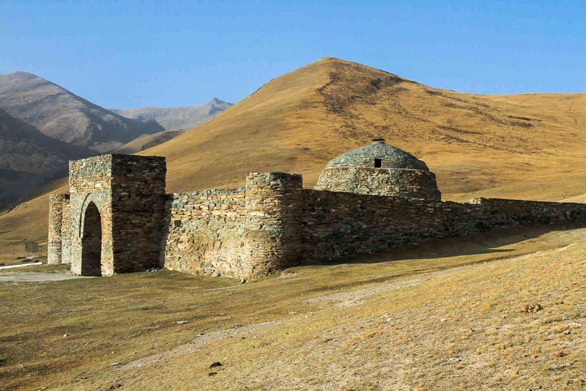 """Die Karawanserei Tash Rabat im zentralen Gebirge von Kirgistan gilt als eines der besterhaltenen Gebäude an der Seidenstraße - © """"Travel Experts"""" Kyrgyzstan"""
