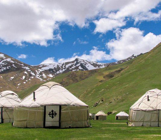 """Im Juli und August werden am Son Kul See in Kirgistan eigene Gäste-Jurten für Touristen mit erhöhtem Komfort errichtet - © """"Travel Experts"""" Kyrgyzstan"""