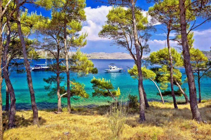 Die Telascica Bucht auf Dugi Otok, der nördlichsten der Kornaten Inseln, präsentiert sich besonders idyllisch, Kroatien - © xbrchx / Shutterstock