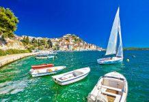 Das glasklare Meer im Hafen und an den Stränden um Šibenik wurde bereits mehrfach mit der blauen Flagge ausgezeichnet, Kroatien - © xbrchx / Shutterstock