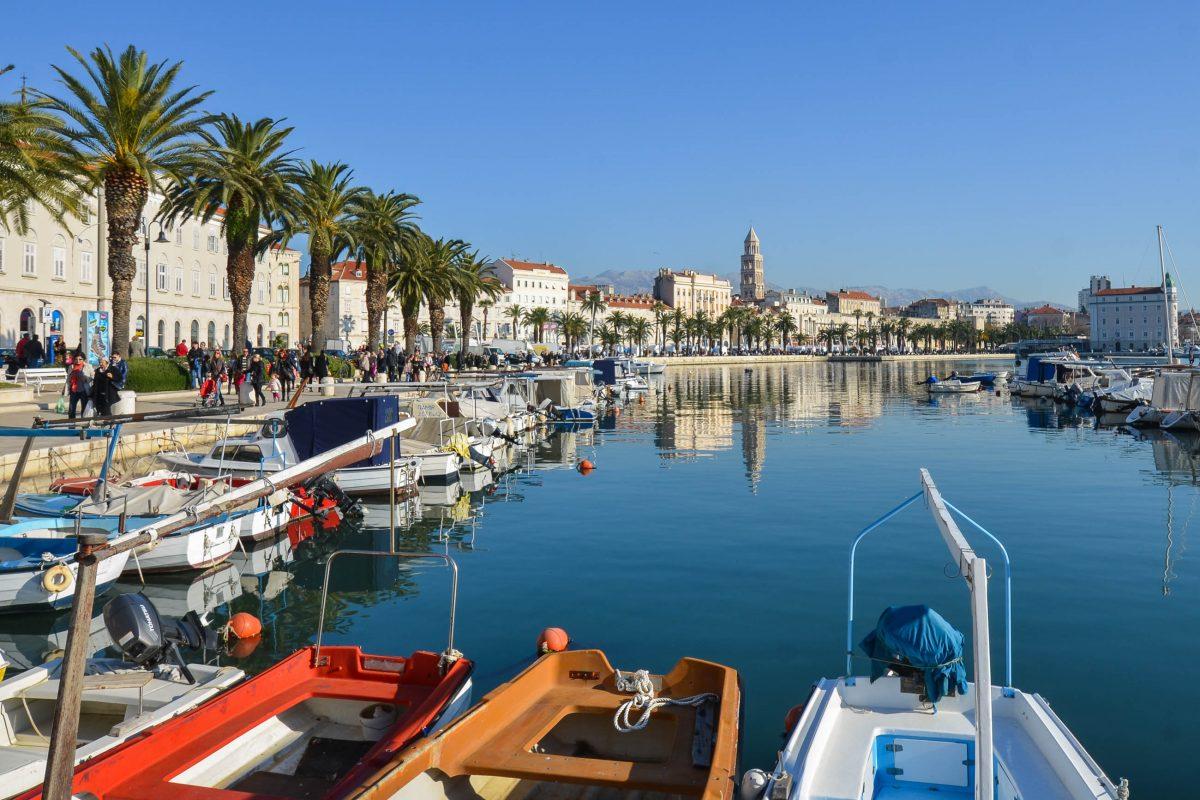 Die Hafenpromenade von Split bietet herrliche Ausblicke auf die Altstadt, den Hafen und die Bucht von Split, Kroatien - © FRASHO / franks-travelbox