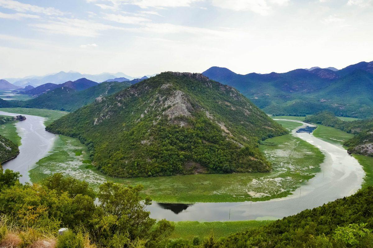 Blick auf einen Mäander des Flusses Rijeka Crnojevića in der Nähe von Virpazar, Montenegro - © FRASHO / franks-travelbox