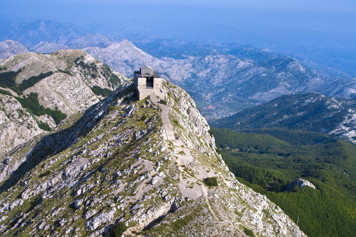 Luftaufnahme des Njegoš-Mausoleum, dem meistbesuchten Ziel im Lovćen-Nationalpark; die selbst ausgewählte letzte Ruhestätte des berühmten Dichterfürsten Petar II., Montenegro - © ddsign / Shutterstock
