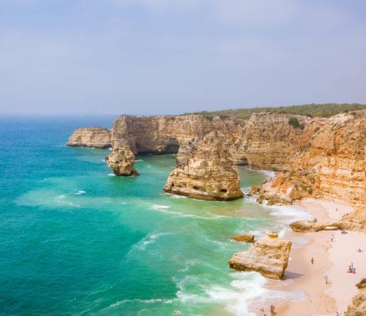 Idyllischer wilder Strand an der Algarve in Portugal - © cristovao / Shutterstock