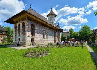 Als eines der schönsten aller Moldauklöster der Bukowina in Rumänien herrscht beim Moldovița-Kloster häufig großer touristischer Andrang - © FRASHO / franks-travelbox