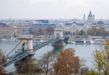 Die Kettenbrücke in Budapest bildet das Herzstück der 9 Donaubrücken und beeindruckt durch ihre beiden monumentalen Triumphbögen, die als Stützpfeiler dienen, Ungarn - © James Camel / franks-travelbox