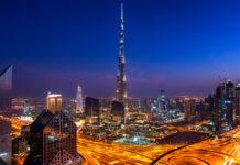 Blick auf den nächtlichen Burj Khalifa in Dubai, VAE - © Sophie James / Shutterstock