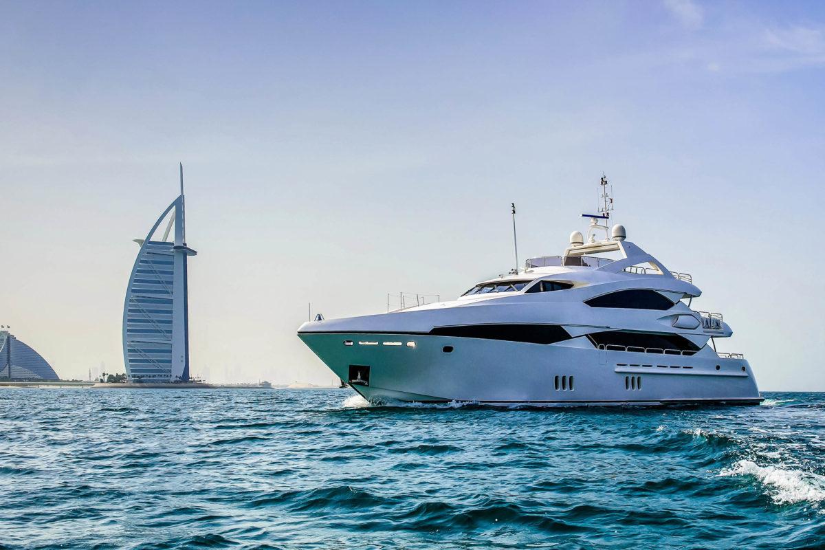 Eine Luxusyacht auf dem Weg in die Dubai Marina, vorbei am berühmten Hotel Burj al Arab, VAE - © Rus S / Shutterstock
