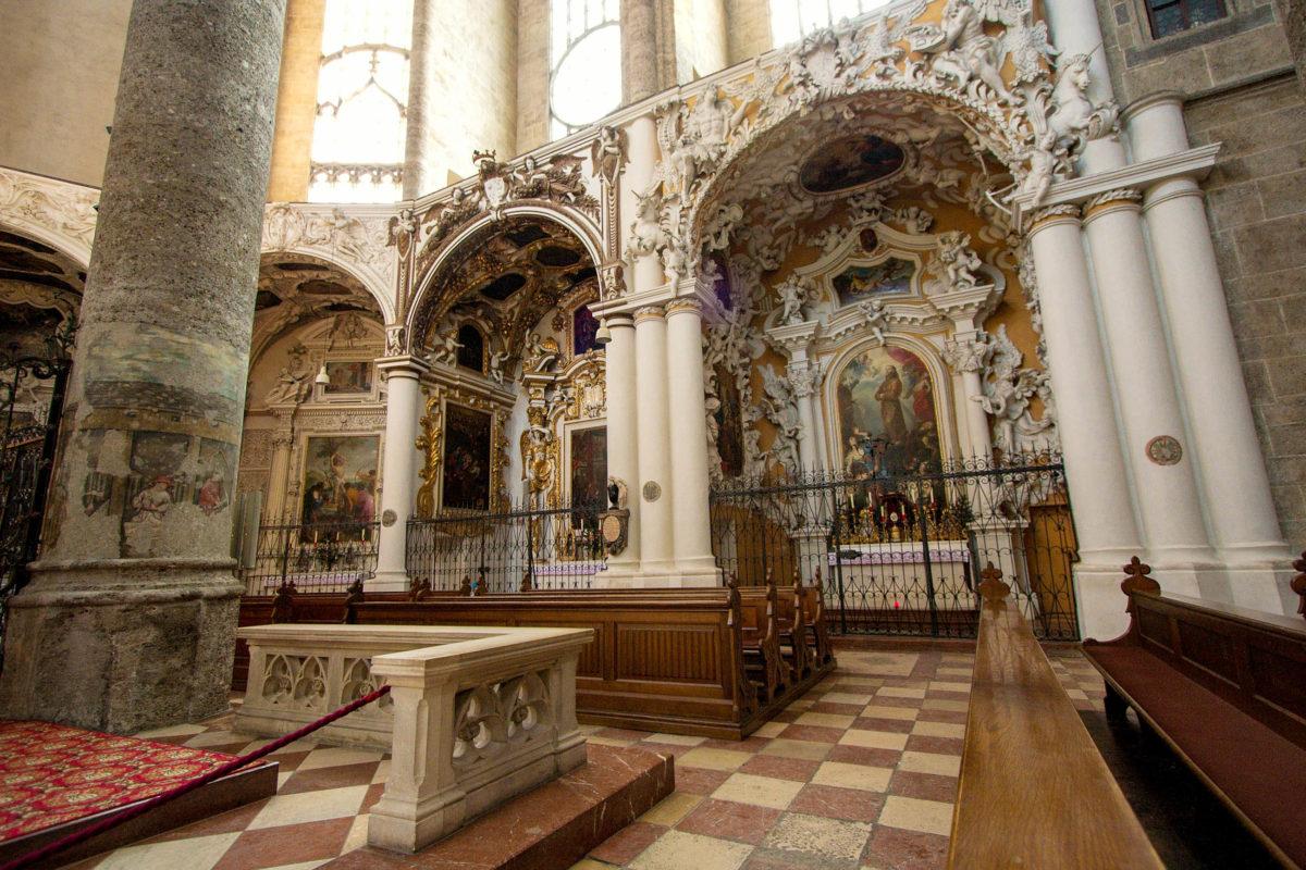 Die neun Barockkapellen in der Franziskanerkirche von Salzburg aus dem 17. Jahrhundert wurden von Erzbischöfen und der Stadtregierung gestiftet, Österreich - © MatthiasKabel CC BY-SA3.0/Wiki