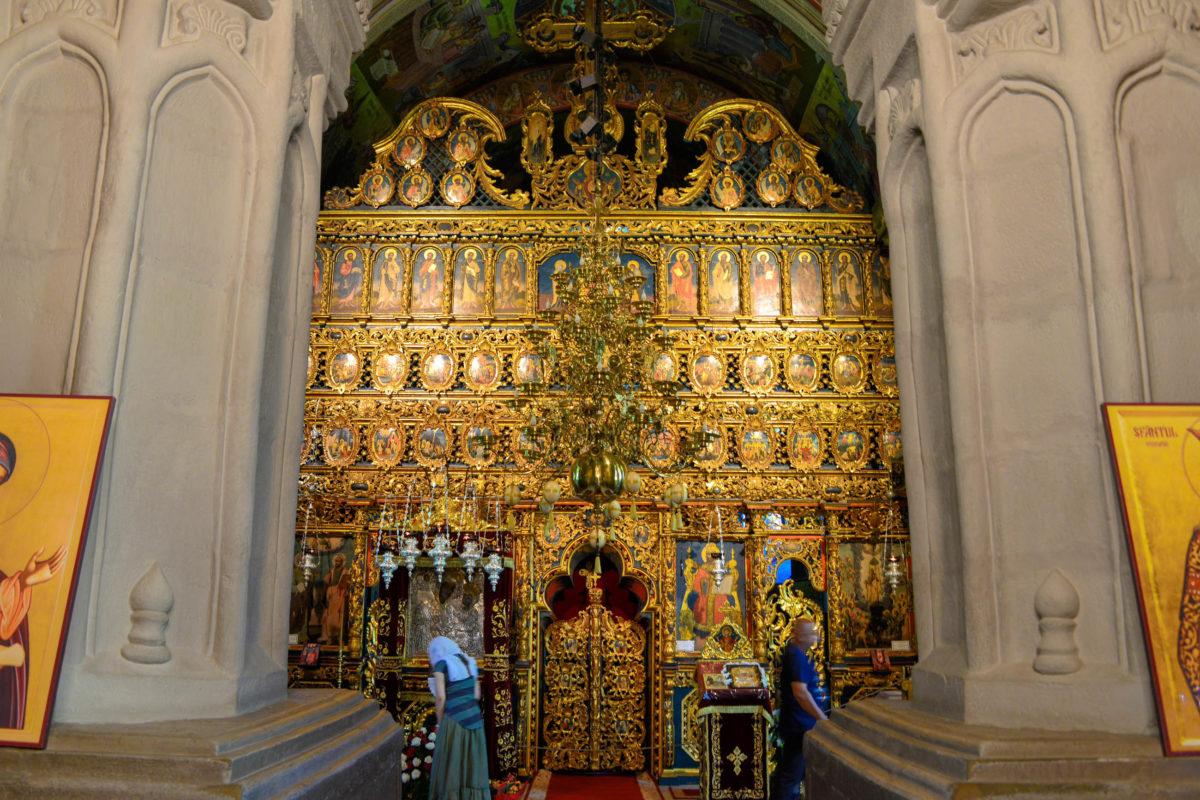 Im Inneren der Klosterkirche von Putna sind die Fresken zu sehen, für die die Moldauklöster in Rumänien so berühmt sind - © FRASHO / franks-travelbox