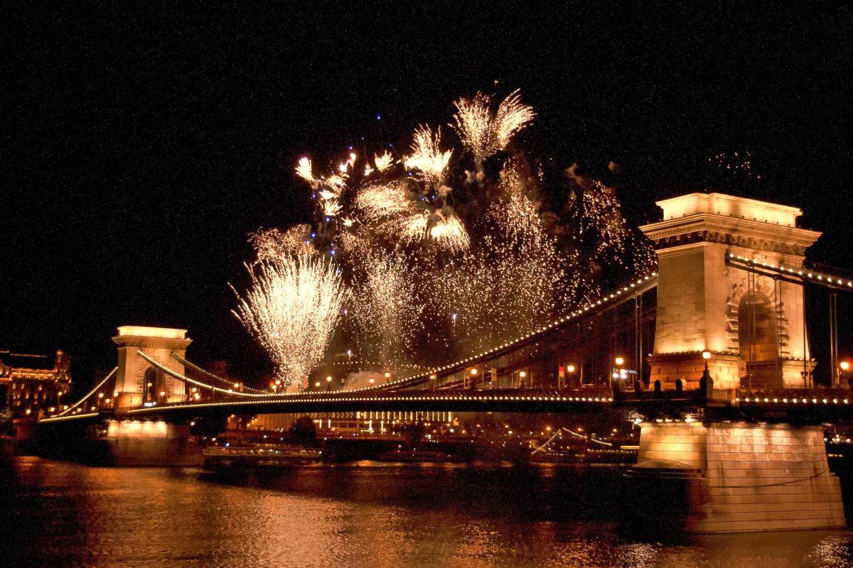 Silvester-Feierlichkeiten mit einem imposanten Feuerwerk bei Vollmond über der Kettenbrücke in Budapest, Ungarn - © Botond Horvath / Shutterstock
