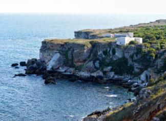 Die Jahrtausende alten Funde von Yailata, Bulgarien, liegen direkt am Meer, von den Wellen nur durch eine bis zu 60m hohe Klippe getrennt - © FRASHO / franks-travelbox