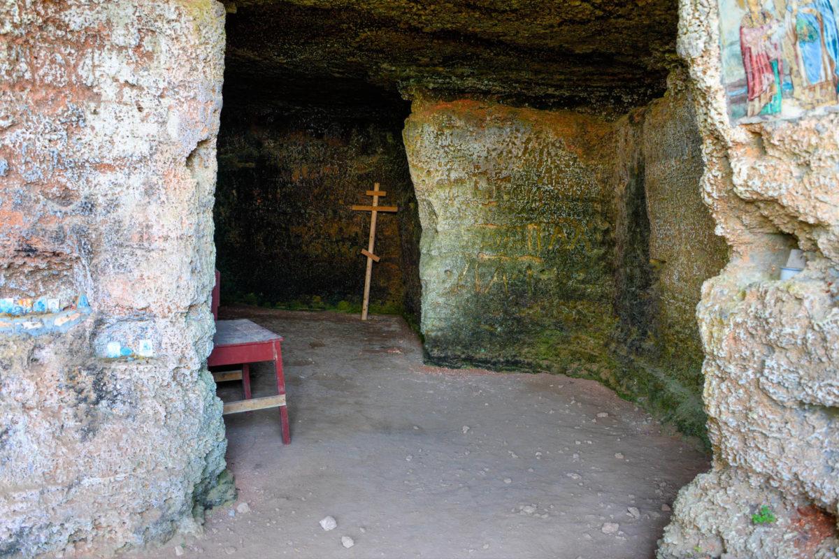 Ein Höhlensystem im archäologischen Reservat Yailata wurde im Mittelalter als Klosterkomplex genutzt, dessen Felsenkirche besichtigt werden kann, Bulgarien - © FRASHO / franks-travelbox
