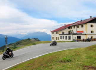 Die langgezogenen Kehren und das abwechslungsreiche Panorama locken Motorradfahrer aus ganz Europa auf den idyllischen Jaufenpass im Norden Italiens - © FRASHO / franks-travelbox