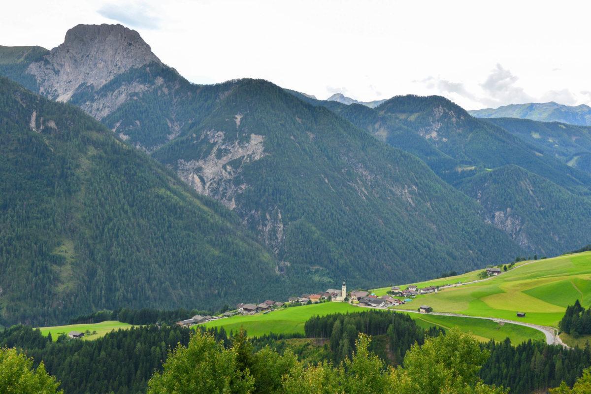 Auf ihrem Verlauf von Leisach bei Lienz bis Abfaltersbach durchquert die Pustertaler Höhenstraße Szenerien wie aus dem Bilderbuch, Österreich - © FRASHO / franks-travelbox
