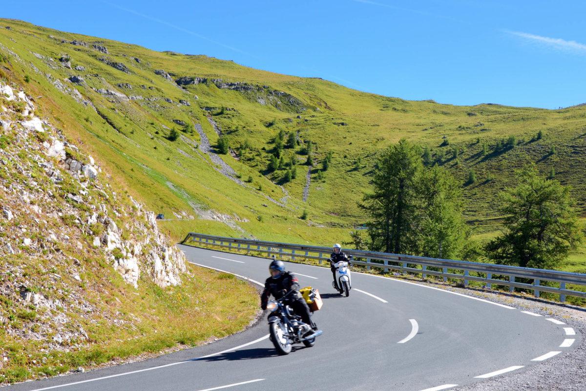 Die Nockalmstraße im südlichen Österreich wird neben PKWs auch von Radlern und Motorrädern bevölkert und ist auch für ungeübte Fahrer geeignet - © FRASHO / franks-travelbox