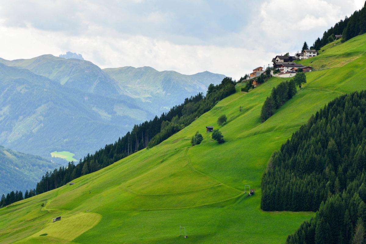 Die Pustertaler Höhenstraße schlängelt sich durch Wiesen und Wälder den Sonnenhang des wunderschönen Pustertals entlang, Österreich - © FRASHO / franks-travelbox