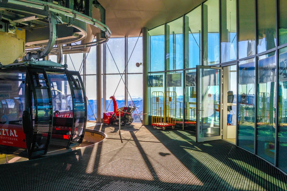 Die Wildspitzbahn führt ganz bequem direkt vor die Haustüre des Café 3.440 in Tirol, Österreichs höchstem Café - © FRASHO / franks-travelbox