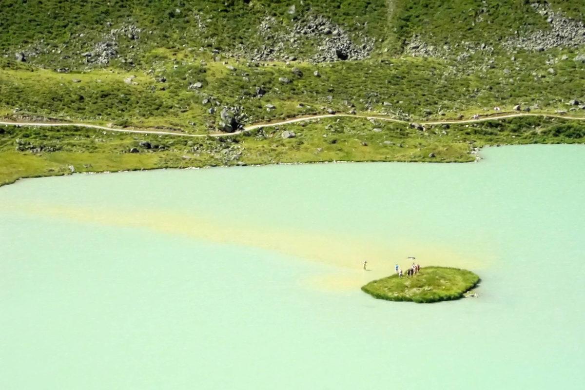 Eine winzige Insel im Rifflsee kann über eine Sandbank sogar zu Fuß erreicht werden, Österreich - © FRASHO / franks-travelbox